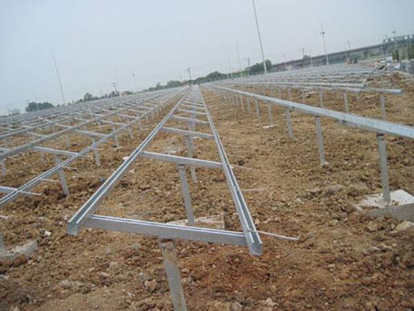 立柱光伏支架 技术参数 安装地点: 开放式地面 倾角:可依据客户要求 适用组件:晶硅/薄膜 材料:Q235B (可依据客户使用要求) 表面处理:热镀锌 风压:100km/h 雪压:0.5kN / m2 主要特点与优势 易安装: 结构简单,仅有一些预安装(例如底角与立柱;后拉角钢与后支撑安装)很大程度上节省安装时间与成本 坚固的水泥基础:良好的结构强度能适用于各种土地,通过地脚与螺栓的连接,能广泛安装在水泥墩上 材料成本低: 结构优化,尽可能的降低了用钢量,增加了价格竞争力。 独特的薄膜压块 压块中的橡胶
